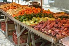 Groententribune in open markt Stock Foto's