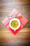 groentesoep in een witte plaat Stock Fotografie