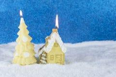 Groep aangestoken kaarsen met vorm van pijnboomboom en huis op a Royalty-vrije Stock Afbeelding