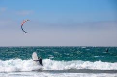 Groep agenten bij het kitesurfing van de concurrentiesport in Cascais, Portugal, Europa stock foto's