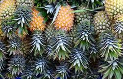 Groep ananas gestapelde textuurachtergrond stock foto