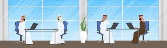 Groep Arabische Bedrijfsmensen die bij Laptop Computers werken die bij Bureaus zitten stock illustratie