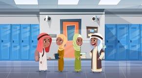 Groep Arabische Leerlingen die in Schoolgang aan Klassenzaal lopen, Moslimschoolkinderen vector illustratie