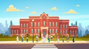 Groep Arabische Leerlingentribune in de Moslimschoolkinderen die van Front Of School Building Primary Studenten spreken vector illustratie