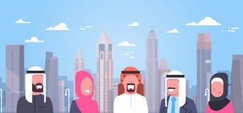 Groep Arabische Mensen over de Moderne Stads Moslimmens en Vrouw die Als achtergrond Traditionele Kleren dragen Royalty-vrije Stock Foto