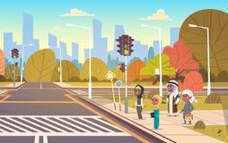 Groep Arabische Schoolkinderen die op Groen Verkeerslicht wachten om Weg op Zebrapad te kruisen royalty-vrije illustratie