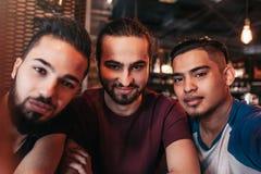Groep Arabische vrienden die selfie in zitkamerbar nemen Gemengde ras beste vrienden die goede tijd hebben samen Royalty-vrije Stock Foto's