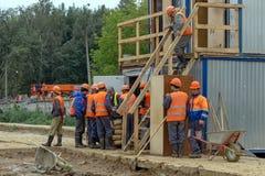 Groep arbeiders bij de bouwwerf royalty-vrije stock fotografie