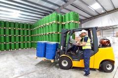 Groep arbeiders in het werk van de logistiekindustrie in een pakhuis w stock foto's