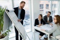 Groep architecten die aan commerciële vergadering werken royalty-vrije stock foto's