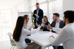 Groep architecten die aan commerciële vergadering werken stock afbeeldingen