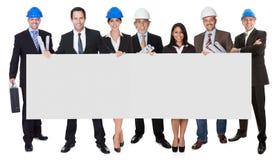 Groep architecten die lege banner voorstellen Stock Afbeelding