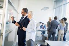 Groep architecten en bedrijfsmensen en brainstorming die samenwerken royalty-vrije stock afbeeldingen
