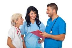 Groep artsen die gelukkig gesprek hebben stock foto's