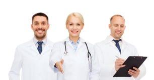 Groep artsen die handdrukgebaar maken Stock Fotografie