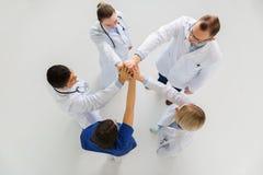 Groep artsen die hoge vijf maken bij het ziekenhuis Royalty-vrije Stock Foto
