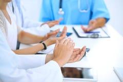 Groep artsen die op medische vergadering toejuichen Sluit omhoog van artsenhanden Groepswerk in geneeskunde stock fotografie