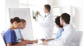 Groep artsen die röntgenstraal in het ziekenhuis bekijken stock footage