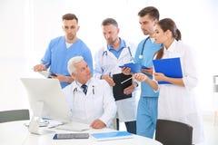 Groep artsen die vergadering in kliniek bijwonen Royalty-vrije Stock Foto