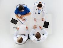 Groep artsen met cardiogrammen bij het ziekenhuis Stock Afbeelding