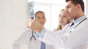 Groep artsen met x-ray drukken stock video