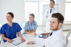 Groep artsen op presentatie bij het ziekenhuis Royalty-vrije Stock Afbeeldingen