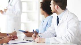 Groep artsen op seminarie of lezing bij het ziekenhuis stock video