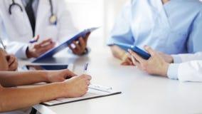 Groep artsen op vergadering in het ziekenhuis stock videobeelden