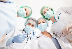 Groep artsen in werkende ruimte Stock Foto's
