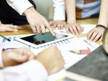 Groep Aziatische bedrijfsmensen die in bureau samenkomen stock foto's