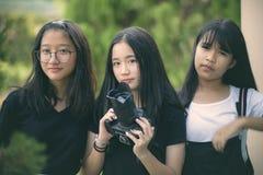 Groep Aziatische tiener met dslrcamera ter beschikking royalty-vrije stock afbeeldingen