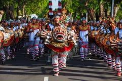 Groep Balinese mensen met demonmaskers Stock Afbeelding