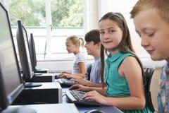 Groep Basisschoolkinderen in Computerklasse royalty-vrije stock fotografie