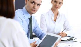 Groep bedrijfsmensen of advocaten die termijnen van transactie in bureau bespreken Collega's die allen samenwerken Nadruk o stock foto