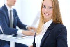 Groep bedrijfsmensen of advocaten die termijnen van transactie in bureau bespreken Nadruk bij jonge bedrijfsvrouw Vergadering royalty-vrije stock fotografie