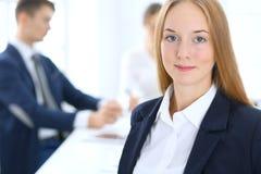 Groep bedrijfsmensen of advocaten die termijnen van transactie in bureau bespreken Nadruk bij jonge bedrijfsvrouw Vergadering stock fotografie