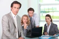Groep bedrijfsmensen in bureau Stock Foto's