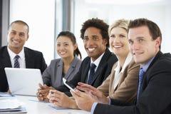Groep Bedrijfsmensen die aan Collega luisteren die Bureauvergadering richten stock fotografie