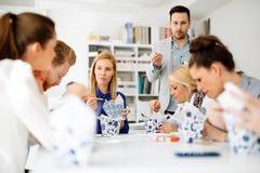 Groep bedrijfsmensen die als team in bureau werken royalty-vrije stock foto