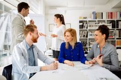 Groep bedrijfsmensen die als team in bureau werken stock afbeelding