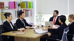 Groep bedrijfsmensen die bespreking hebben bij vergaderzaal royalty-vrije stock foto's
