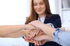 Groep bedrijfsmensen die bij handen, close-up aansluiten zich Groepswerk, samenwerkings en succesconcept mededeling stock afbeelding