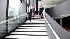 Groep bedrijfsmensen die bij treden lopen