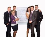 Groep bedrijfsmensen die de grafiek bekijken stock fotografie