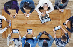 Groep Bedrijfsmensen die Digitale Apparaten met behulp van Stock Foto's