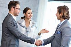 Groep bedrijfsmensen die elkaar introduceren stock foto