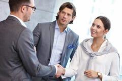 Groep bedrijfsmensen die elkaar introduceren stock afbeelding