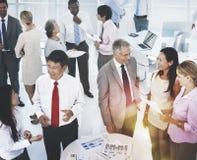 Groep Bedrijfsmensen die in het Bureauconcept samenkomen Royalty-vrije Stock Foto's
