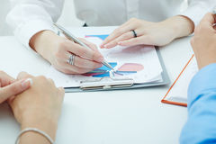 Groep bedrijfsmensen die het klembord met grafiek bekijken Royalty-vrije Stock Afbeelding