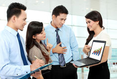 Groep bedrijfsmensen die laptop samenkomen Royalty-vrije Stock Foto